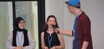 Presentator Wouter ter Keurs in gesprek met leerlingen Montfort College
